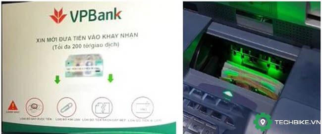 Buoc-4-bo-tien-vao-khay-nhan-tien-tai-atm-vpbank.jpg