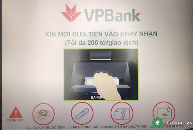 Buoc-7-bo-tien-vao-khay-nhan-tien-cay-atm-tpbank.jpg